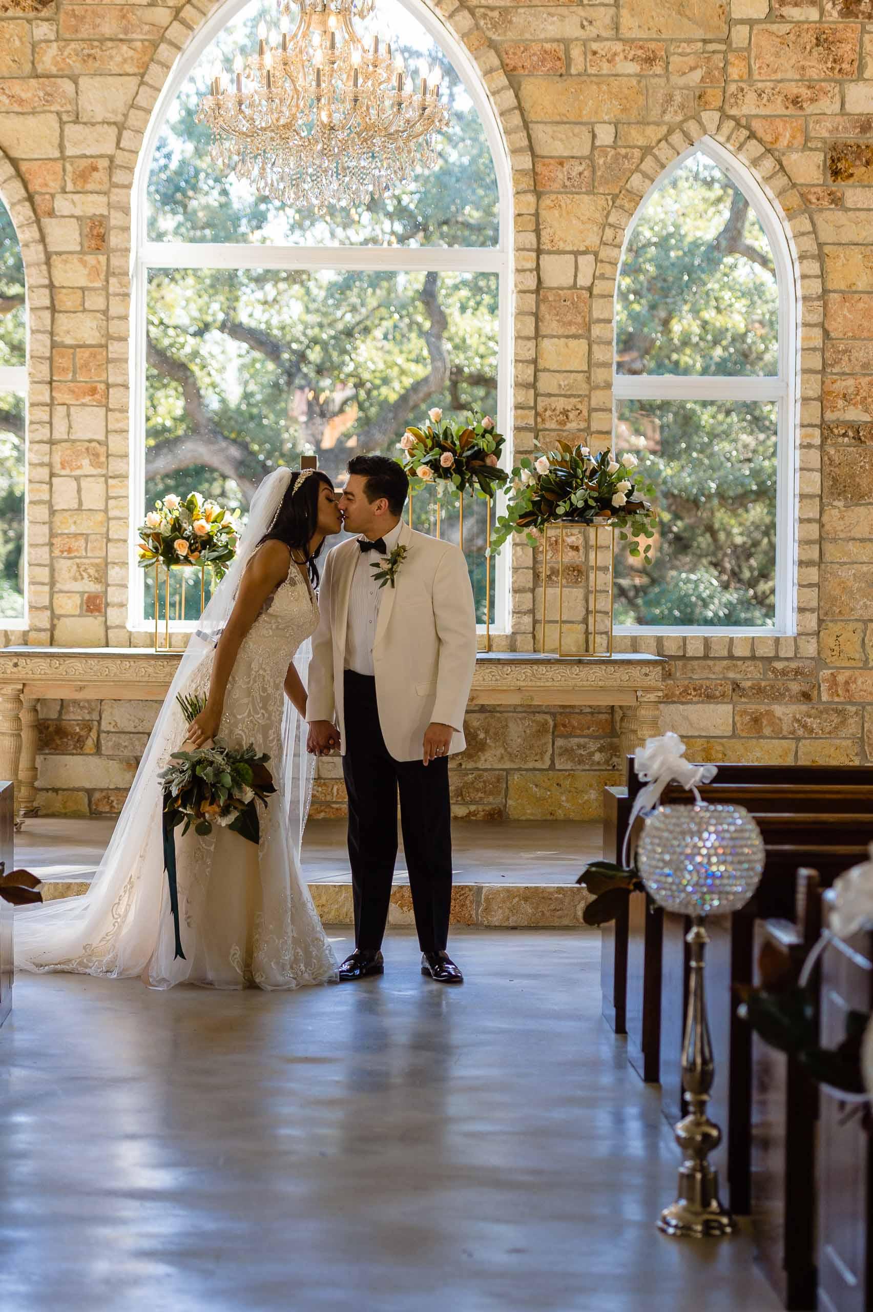 chandelier-of-gruene-winter-wedding-inspiration-_4S15621