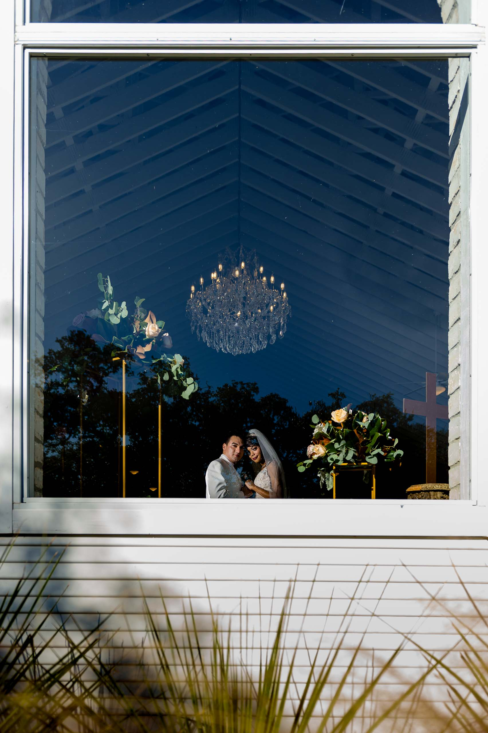 chandelier-of-gruene-winter-wedding-inspiration-_4S27892