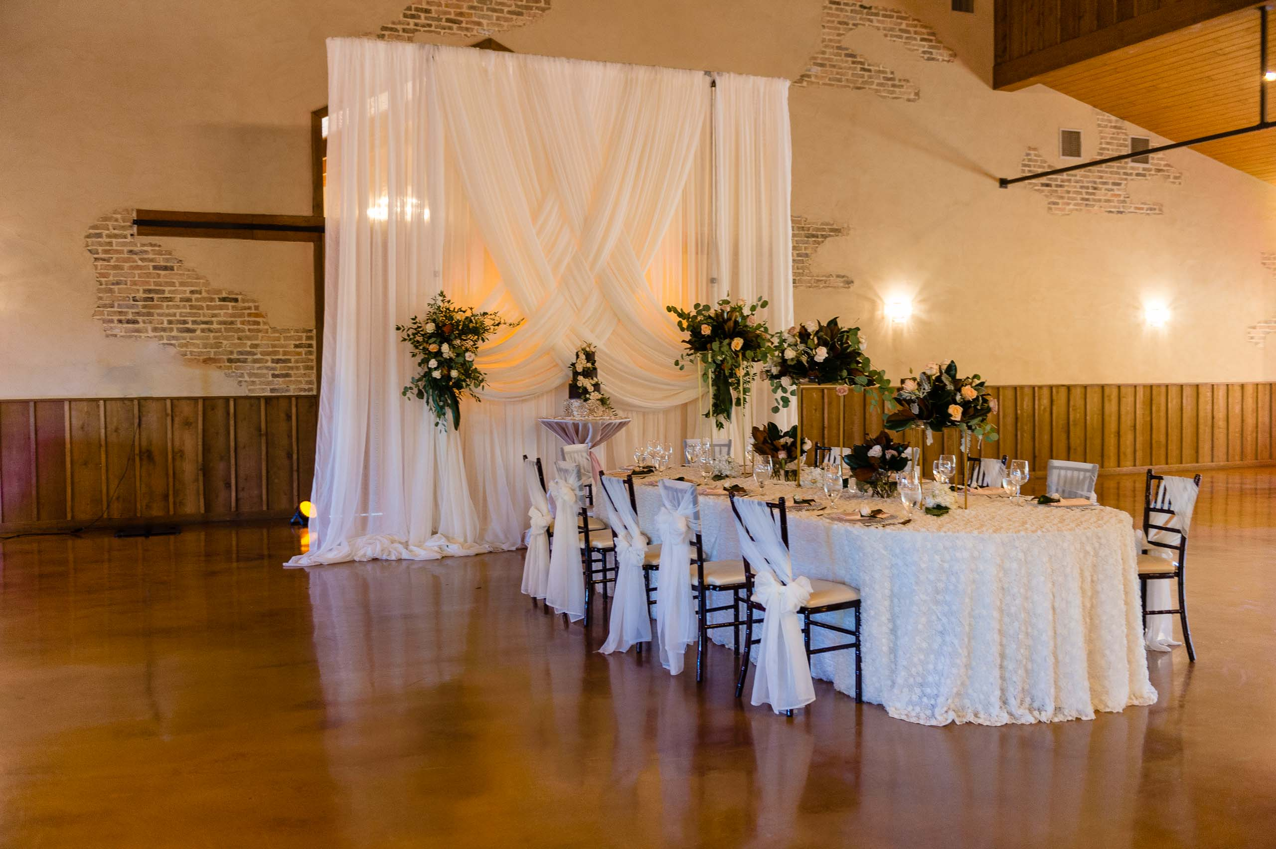 chandelier-of-gruene-winter-wedding-inspiration-_4S28009